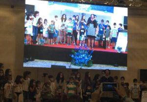 en el escenario con los niños 2